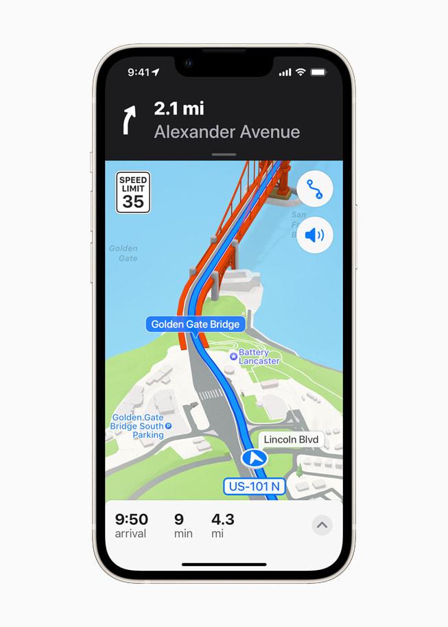 星光色 iPhone 13 上展示 iOS 15 中地图 app 的旧金山三维城市地图。