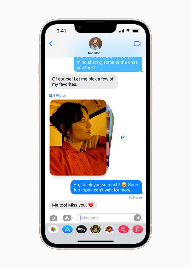 星光色 iPhone 13 上展示 iOS 15 的与您共享功能,通过信息 app 共享照片。