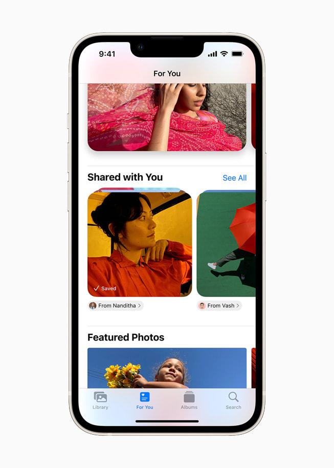 星光色 iPhone 13 上展示 iOS 15 中照片 app 的与您共享栏目。