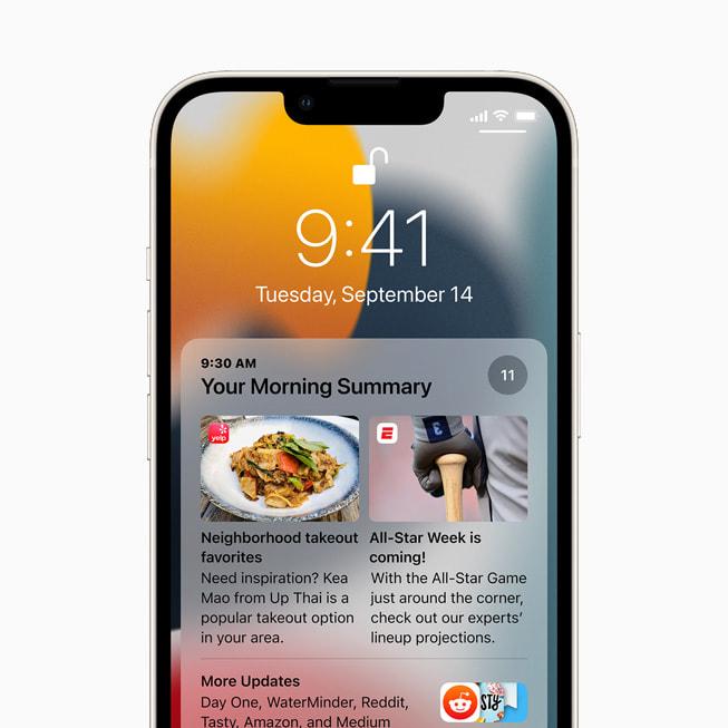 星光色 iPhone 13 锁定屏幕上展示 iOS 15 的通知摘要。