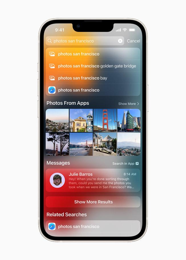 星光色 iPhone 13 展示 iOS 15 的聚焦搜索功能在根据定位搜索照片。