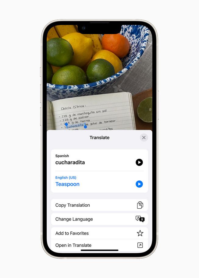 星光色 iPhone 13 上展示 iOS 15 的翻译 app 将西班牙语文本翻译为英语。