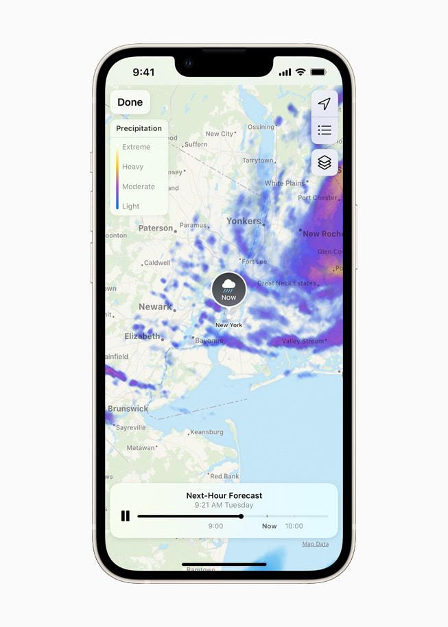星光色 iPhone 13 上展示 iOS 15 中重新设计的天气 app 的动态全屏地图。