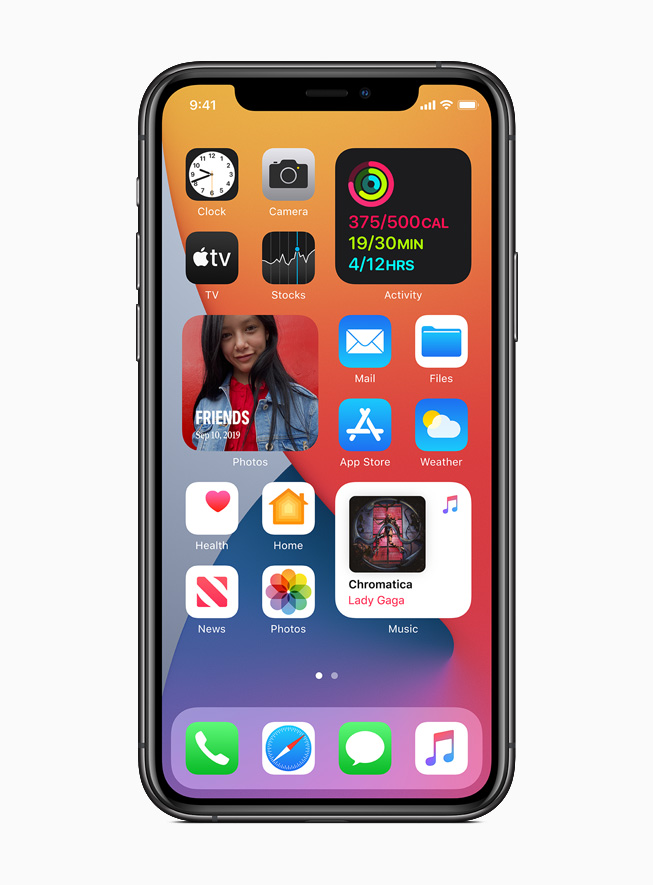iPhone 11 Pro 上显示 iOS 14 中新的主屏幕和小组件。