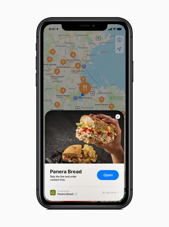 iPhone 11 Pro 展示地图 app 中 Panera Bread 面包店的轻 App。