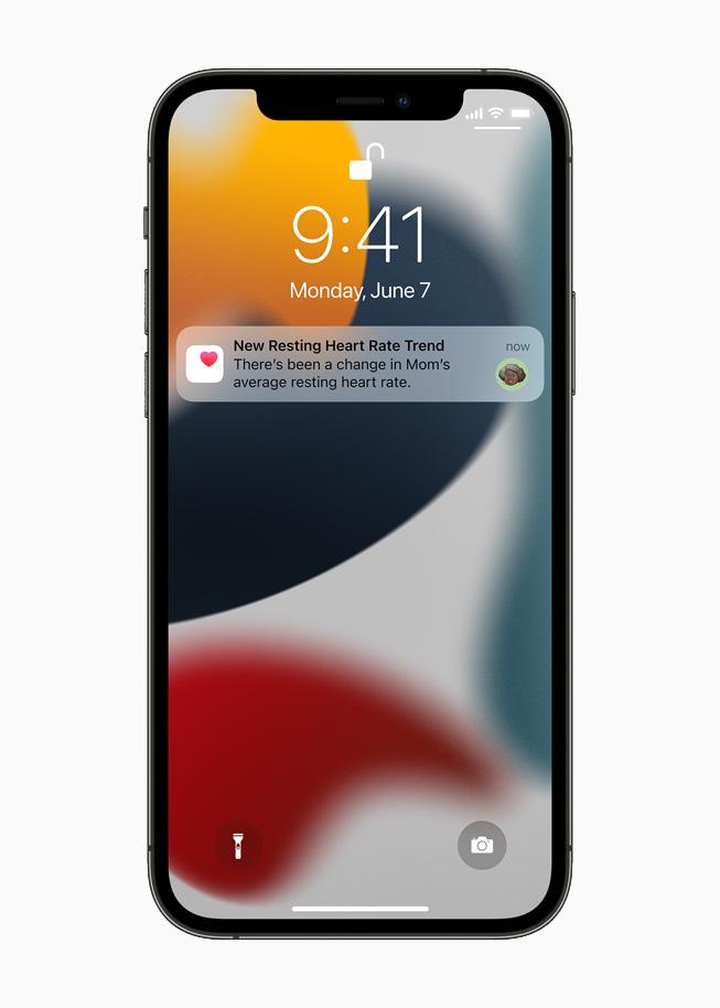 iPhone 12 Pro 上显示一名家庭成员收到一条通知,提醒这名用户母亲的心脏健康数据发生变化。