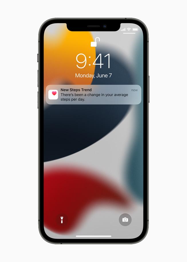 iPhone 12 Pro 锁定屏幕上显示的全新步数趋势通知。