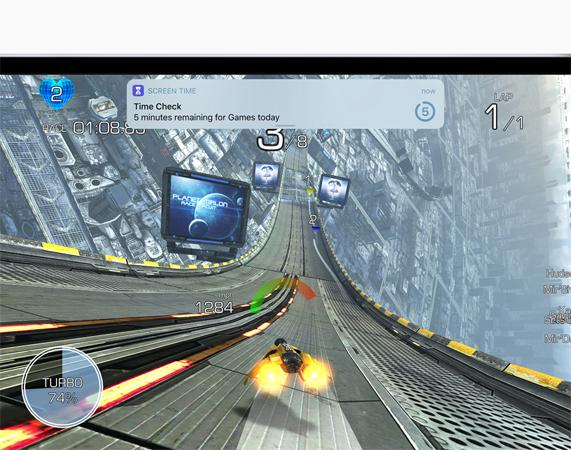 iPad 显示游戏中的屏幕截图,通知横幅上带有 5 分钟的 Screen Time 提醒。