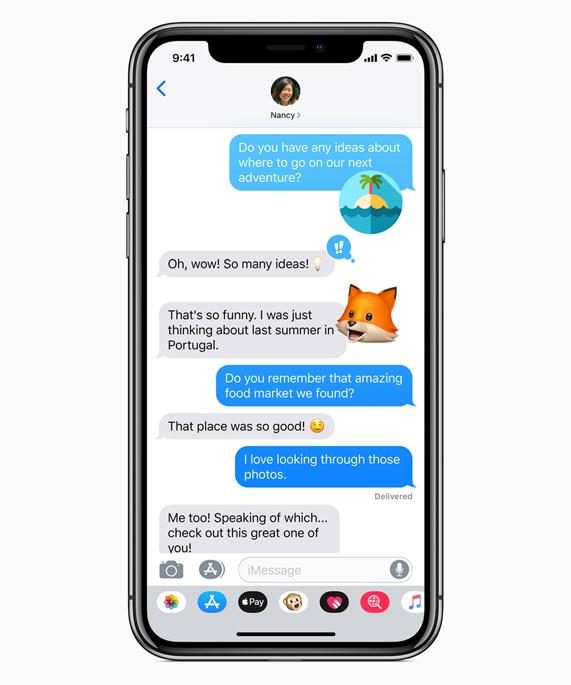 iPhone X 显示具有 Memoji 的信息 app。