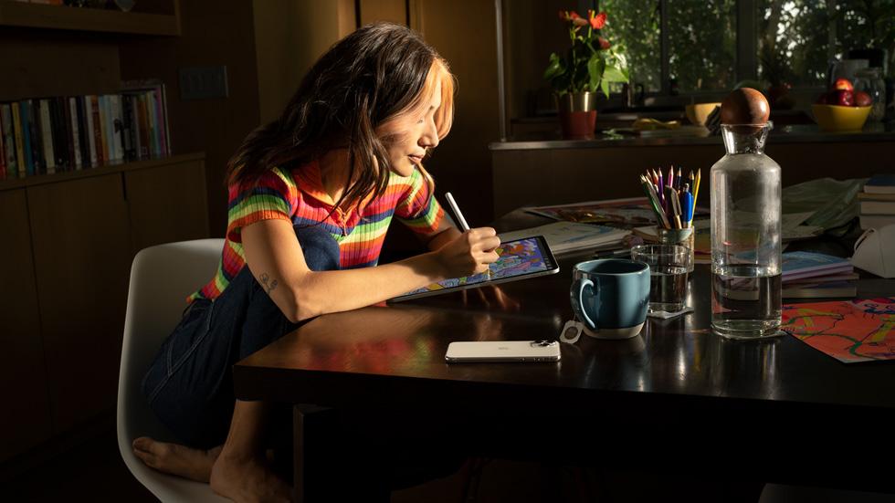 一位女士正在使用搭载 iPadOS 15 的 iPad。