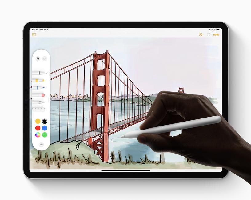 一个用户正在运行 iPadOS 的 iPad 上使用 Apple Pencil 和新工具调板完成绘画。
