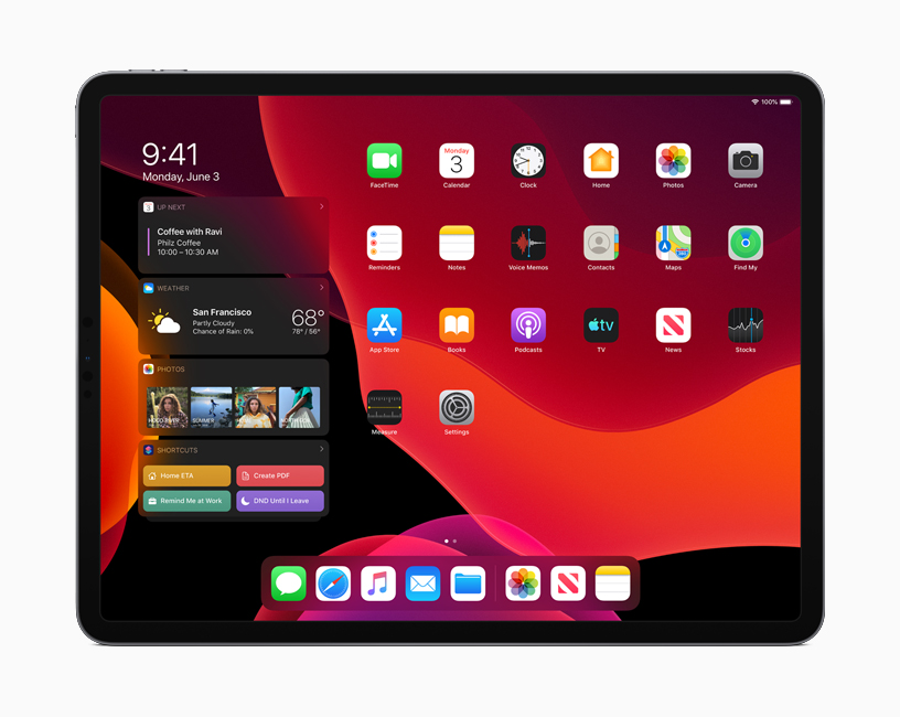 深色模式下的 iPadOS 主屏幕。
