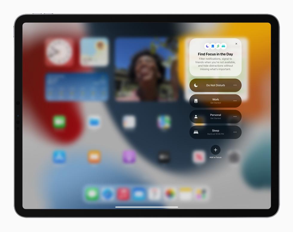 iPadOS 15 中新的专注功能在 iPad Pro 上显示。