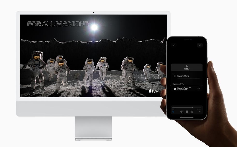 在 iMac 和 iPhone 12 Pro 上展示隔空播放到 Mac。