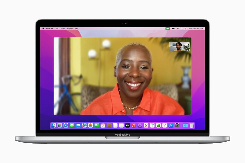 在 13 英寸 MacBook Pro 上展示新的 FaceTime 视频通话。