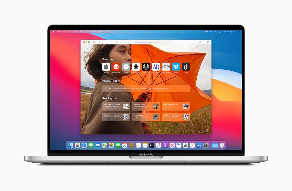 MacBook Pro 上显示 macOS Big Sur 中重新设计的 Safari 浏览器主页。