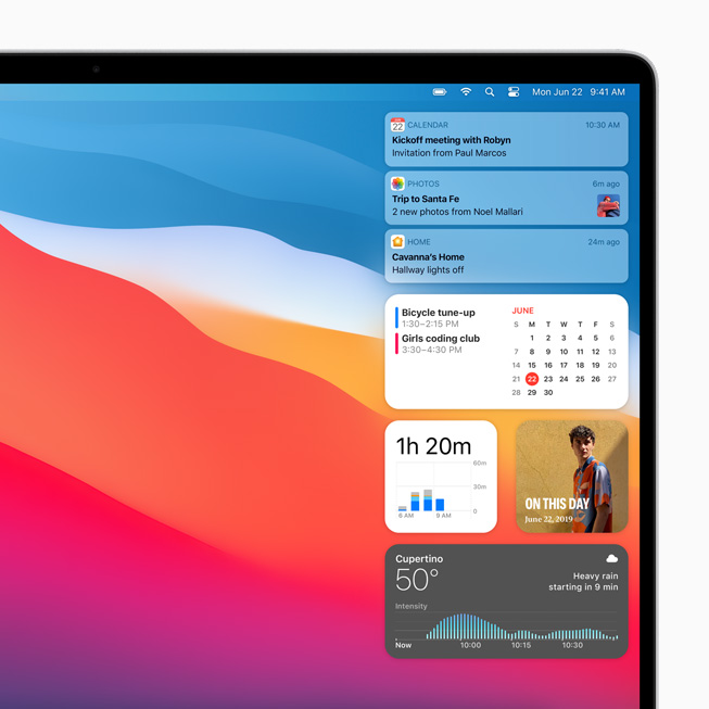 MacBook Pro 上显示 macOS Big Sur 中的通知中心。
