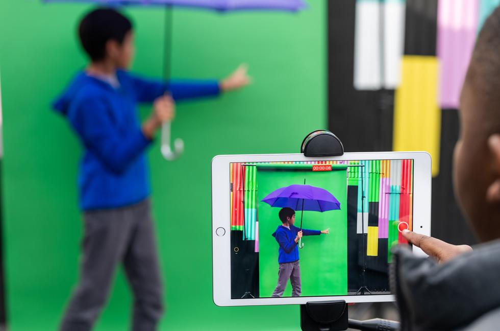 """学生使用 iPad 上的""""人人能创造""""系列课程尝试绿屏效果。"""