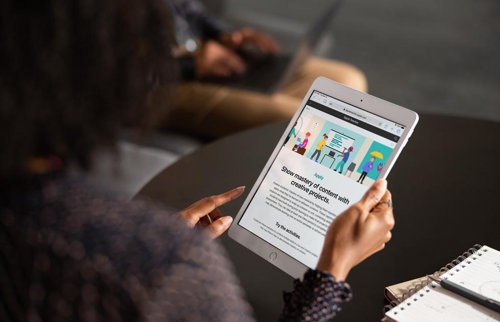 用户在 iPad 上使用 Apple Teacher Portfolio。
