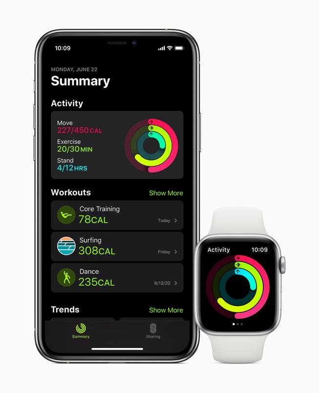 iPhone 11 Pro 和 Apple Watch Series 5 上显示健身记录数据。