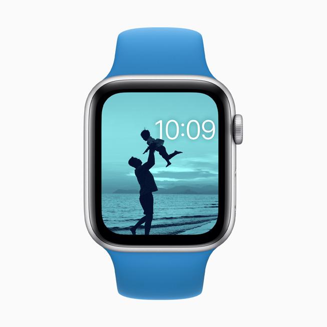 带有色彩滤镜的照片表盘显示在 Apple Watch Series 5 上。