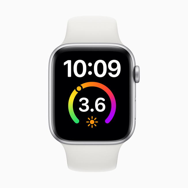 显示在 Apple Watch Series 5 上的大文字表盘。
