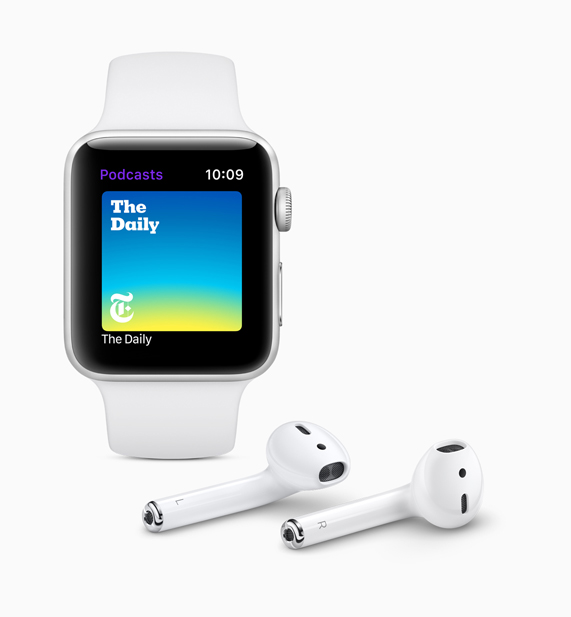 白色版 Apple Watch 在展示新推出的播客 app 界面