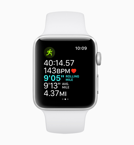 白色款 Apple Watch 在展示行进前段里程的配速功能