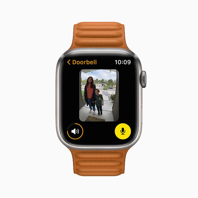 Apple Watch Series 7 的家庭 app 中展示用户启动 HomeKit 安防摄像头的视图。