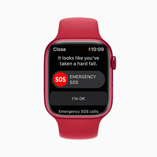 Apple Watch Series 7 上展示 watchOS 8 的健身 app 启用摔倒检测算法。