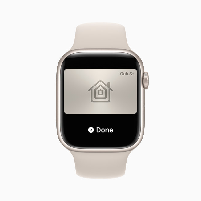 Apple Watch Series 7 的钱包 app 中展示数字家门钥匙。