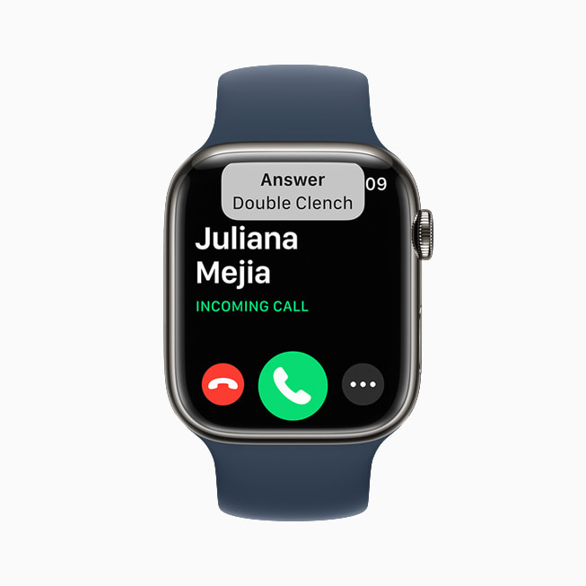 Apple Watch Series 7 上展示 watchOS 8 的来电。