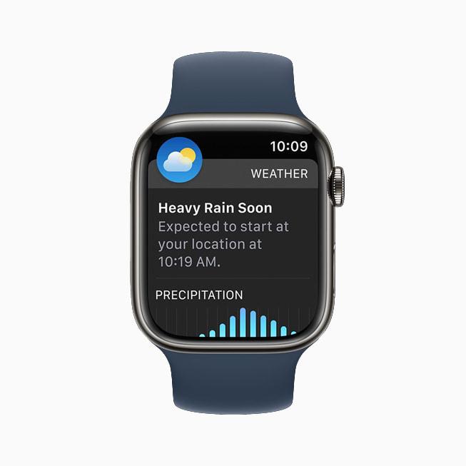 Apple Watch Series 7 上展示 watchOS 8 的天气 app。