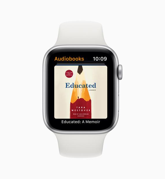 白色 Apple Watch 搭配有声读物 app。