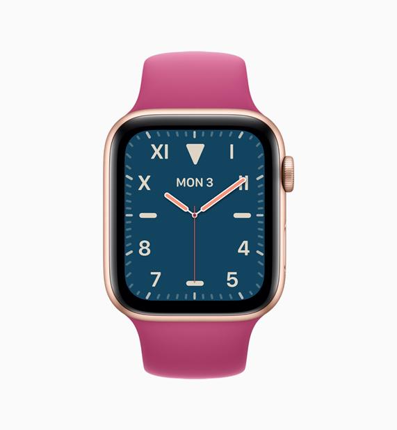 Apple Watch 搭配粉红色表带和蓝色表盘。