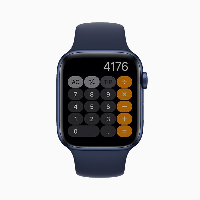 """在 Apple Watch Series 6 中以""""始终显示""""的方式展示计算器 app。"""