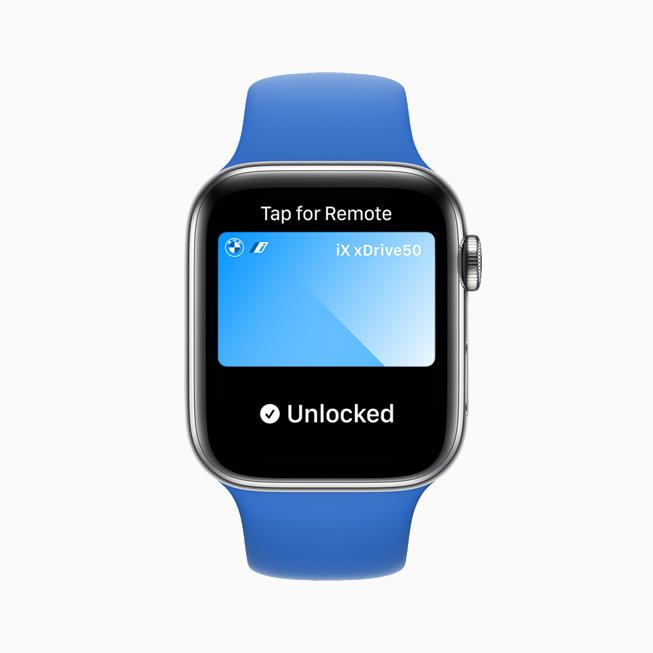 在 Apple Watch Series 6 上展示使用数字车钥匙解锁一辆车。