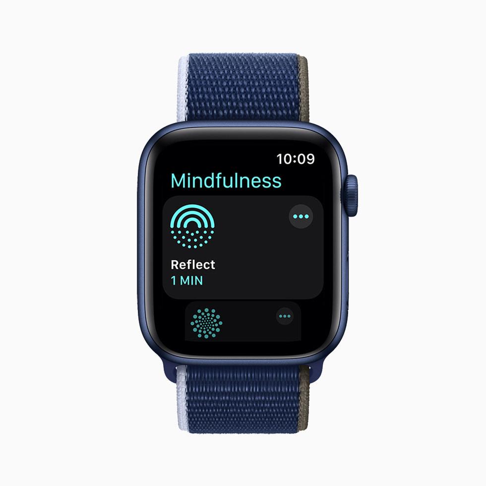 在 Apple Watch Series 6 上分别展示着正念训练 app 中的沉思练习、人像表盘和钱包 app 中的数字家庭钥匙。