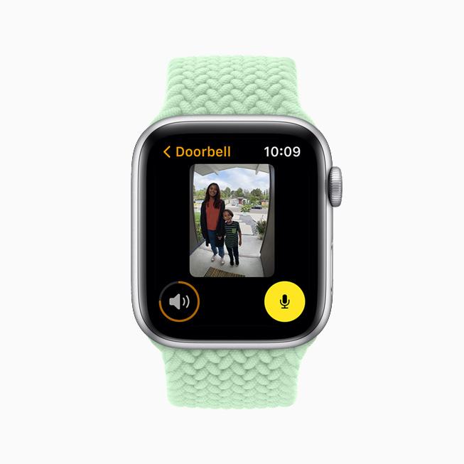 在 Apple Watch Series 6 上展示接入 HomeKit 的摄像头显示门口的访客。
