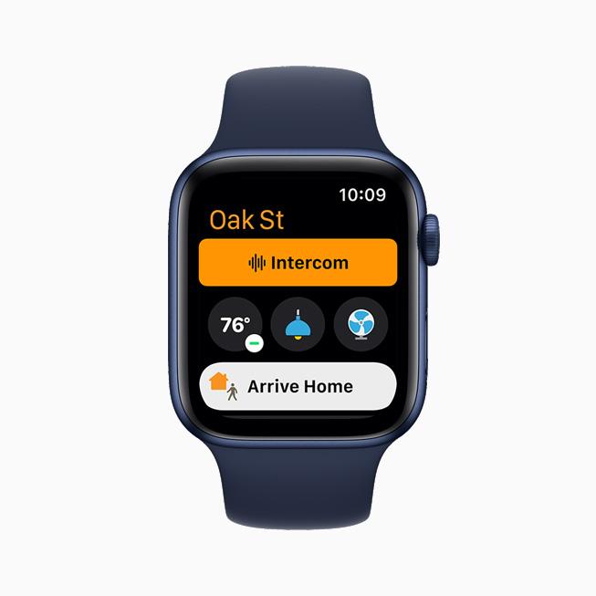 在 Apple Watch Series 6 上展示的家庭 app 的广播功能 。
