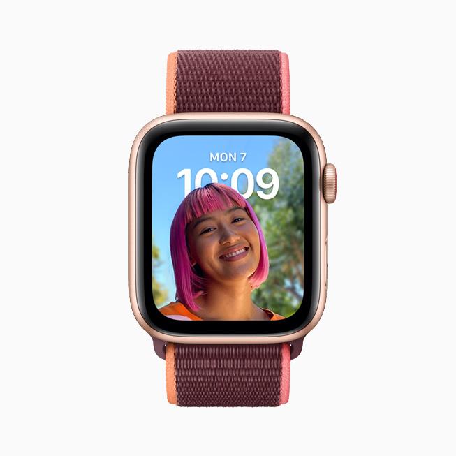 在 Apple Watch Series 6 上展示的人像表盘。