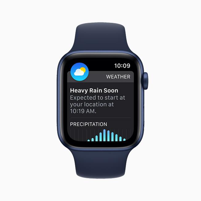 在 Apple Watch Series 6 上展示天气 app 上的下一小时降水预警。