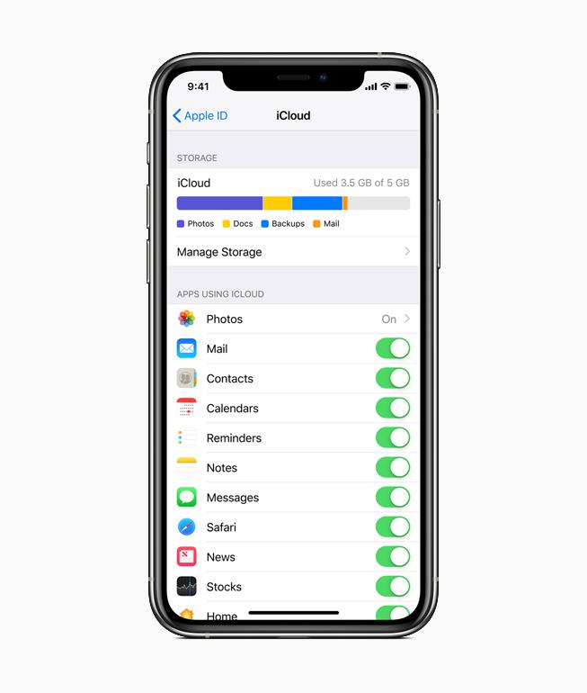 iPhone 上显示有 iCloud 界面。