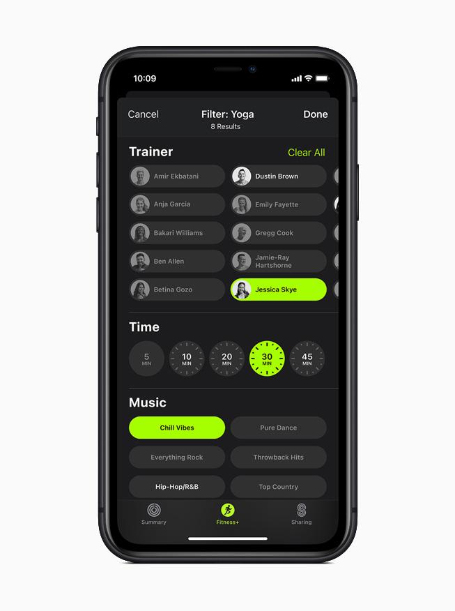 iPhone 11 Pro 上所显示的 Apple Fitness+ 瑜伽体能训练筛选界面。