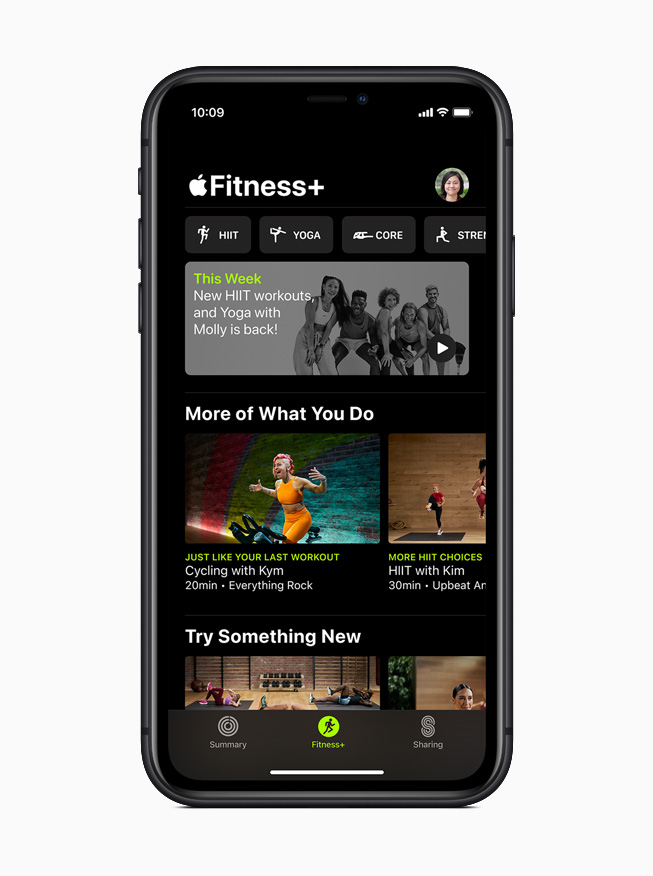 iPhone 11 Pro 上所显示的 Apple Fitness+ 主屏幕。
