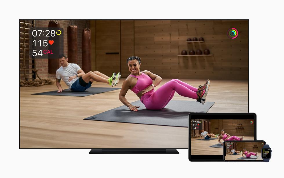 Apple TV 上所显示的 Apple Fitness+ 单车体能训练。