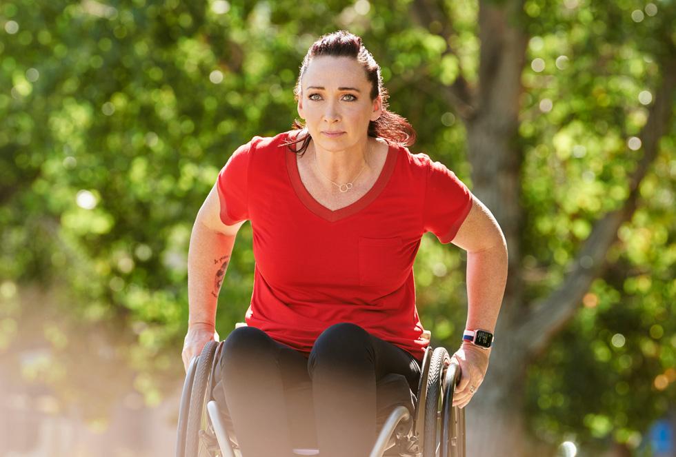 乘轮椅前进的 Amy Van Dyken。