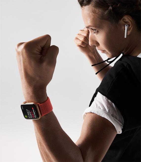 一个佩戴 Apple Watch Series 4 的女子,摆出格斗站姿。