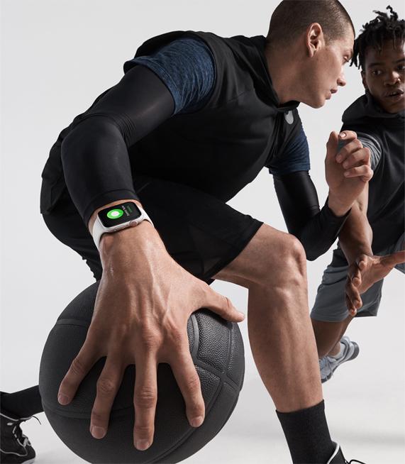两个佩戴 Apple Watch Series 4 的男子在打篮球。
