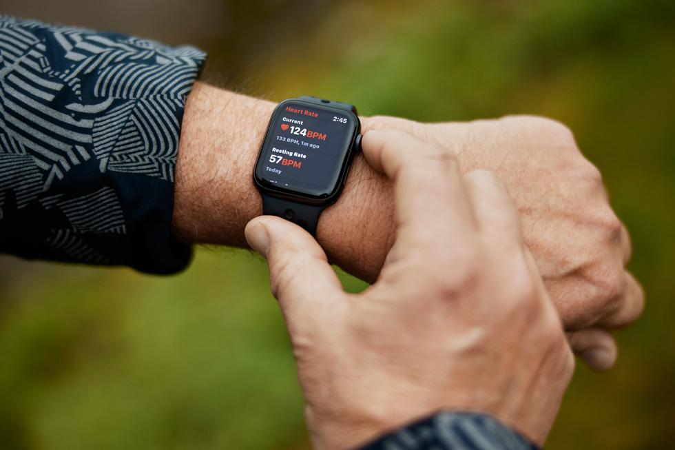 Bob March 手腕上戴着 Apple Watch。